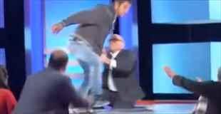 【放送事故】テレビの生放送中に息子の蹴りが母親の顔面に