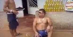 【動画】ブラジル人は生きている鶏をそのまま食べる