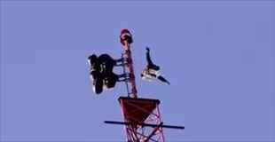 【動画】120メートルの鉄塔からの飛び降りる男