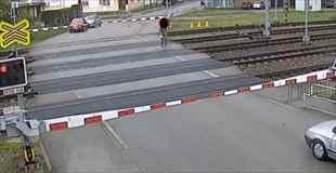 【動画】踏み切りの閉まっている線路内に入っていく男、そして…