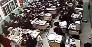【中国】授業中、学生が突然席を立ったと思ったら窓から飛び降りて自殺
