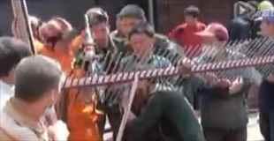 【動画】複数の鉄の棒が首にささった労働者