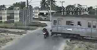 【衝撃事故】踏み切りを無視したバイクが電車と衝突…