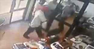 【動画】ケニアで強盗が逃げようとするが…