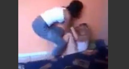 【動画】彼氏の浮気現場にやってきた彼女が浮気相手を蹴る殴る
