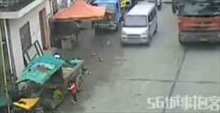 【動画】子供が車に引かれている、運転手は気づいていない