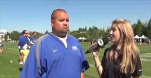 【動画】アメフトの選手へのインタビュー中にそれは起こった