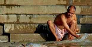 【画像】インドの川ではありえないものが普通に流れている