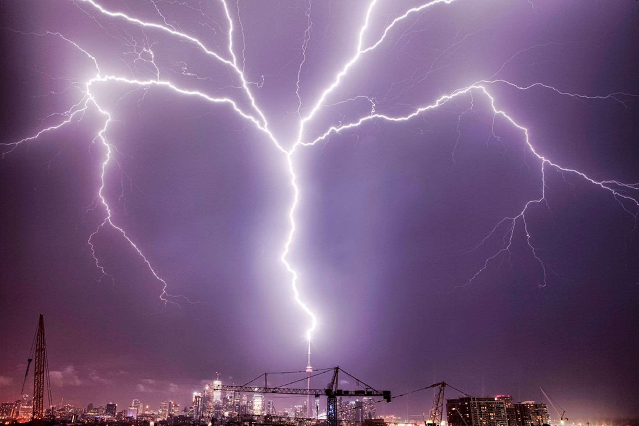 £££Fee-fo-use-Lightning-strikes-the-CN-Tower-in-Canada