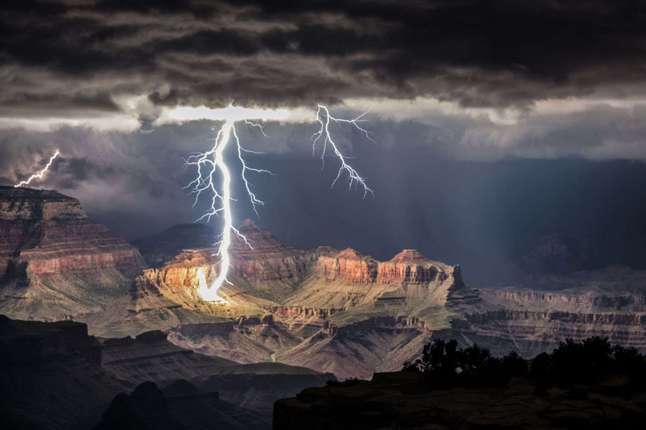 Lightning-striking-the-Grand-Canyon