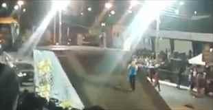 【動画】オートバイのスタントショーでアナウンサーに悲劇が