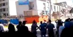 【動画】傾いた建物にカメラ向けてたらやっぱり倒れた