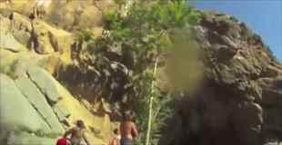 【動画】クリフジャンプで落下中に岩に激突