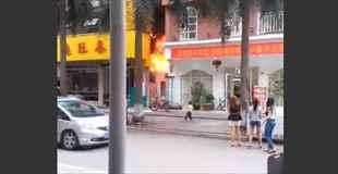【動画】燃えるレストランを見ていた野次馬の前で大爆発