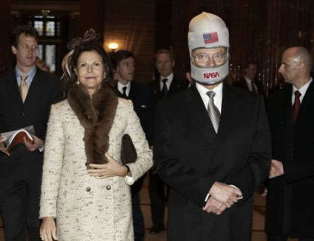 hilarious_photos_of_the_swedish_king_wearing_absurd_hats_640_02
