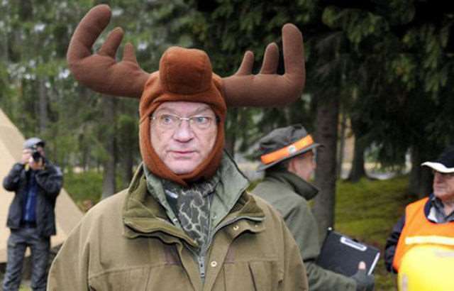 hilarious_photos_of_the_swedish_king_wearing_absurd_hats_640_04