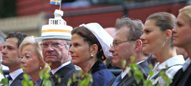 hilarious_photos_of_the_swedish_king_wearing_absurd_hats_640_06