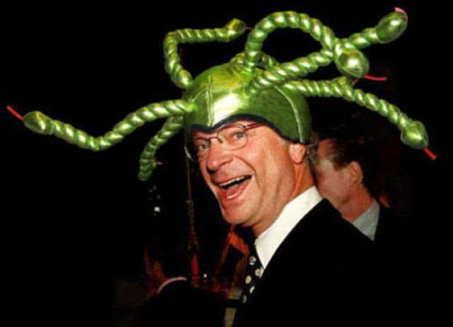 hilarious_photos_of_the_swedish_king_wearing_absurd_hats_640_07