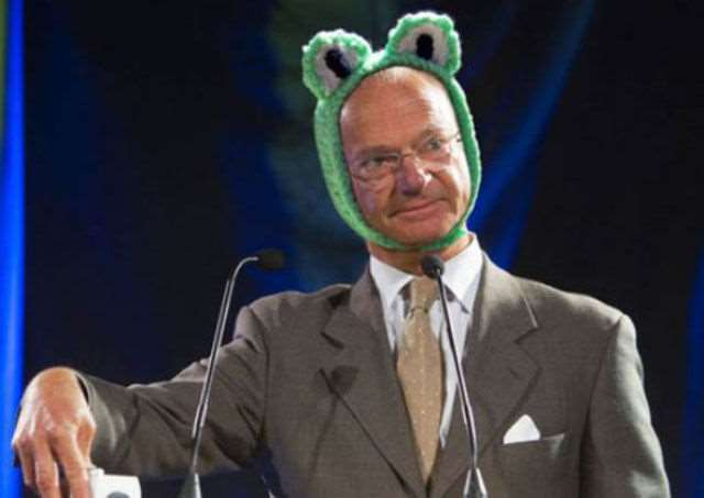 hilarious_photos_of_the_swedish_king_wearing_absurd_hats_640_08
