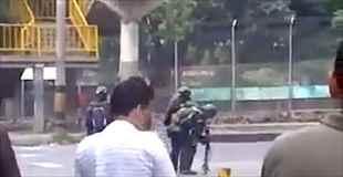 【動画】武装警官が誤って自分の顔面に催涙ガス銃を発射