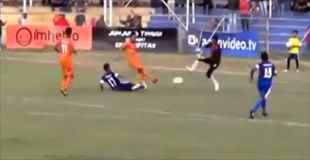 【動画】インドネシアのサッカーの試合でタックルを受けた選手が死亡