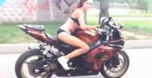 【エロ注意】ビキニ美女がバイクで曲芸します。