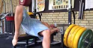 【動画】160キロのベンチプレスが持ち上がらず首に…