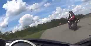 【動画】バイクレースで目の前を走るバイクが転倒したと思ったらこっちに向かって飛んできた