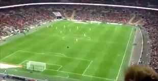 【神業】サッカースタジアムのスタンドから紙飛行機を投げたら選手に命中