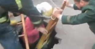 【衝撃】道歩いていたら落とし穴に落ちてしまった女性…。
