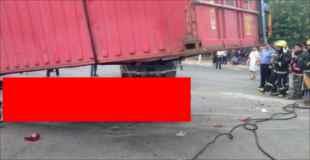 【画像】巨大コンテナに潰された車がペチャンコ…中の人は…