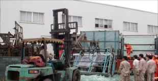 【画像】ガラス工場の事故で大量のガラスの下敷きに