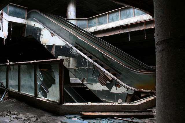 a_burned_bangkok_mall_becomes_home_to_strange_inhabitants_640_06