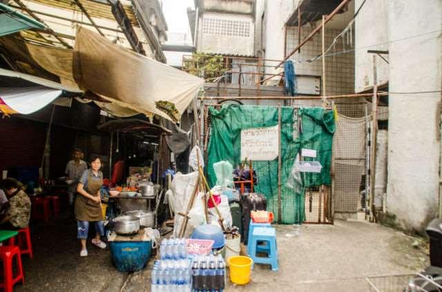 a_burned_bangkok_mall_becomes_home_to_strange_inhabitants_640_12