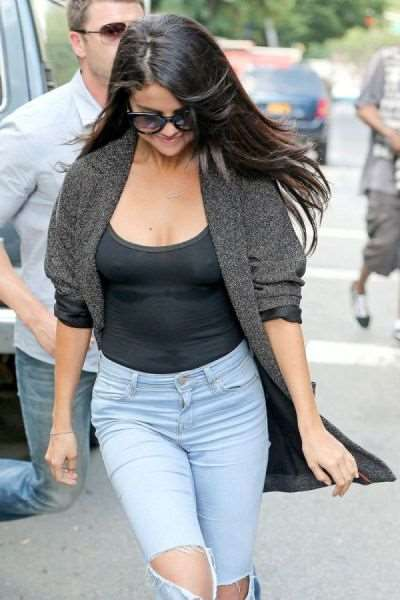 paparazzi_catch_intimate_shots_of_selena_gomez_640_05