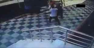 【動画】バスがコントロールが失い歩行者に正面衝突