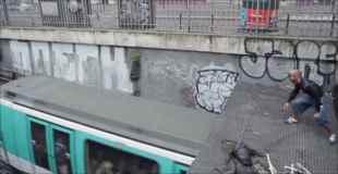 【動画】まるでジャッキー・チェン!屋根から走っている電車に飛び移る男