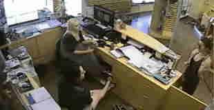 【盗撮】ファンションモデルを盗撮する警備員が防犯カメラに映ってるwww
