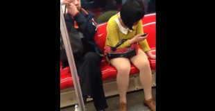 【犯罪】電車で女性の太ももを触ろうとする痴漢が撮影された。