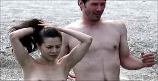 【エロ注意】キアヌ・リーブスが恋人とトップレスビーチに