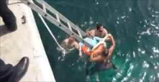【動画】車ごと海に突っ込んだ70歳のおじいちゃんを救出