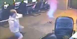 【動画】ネットカフェにマチューテを持った強盗がやってきた!
