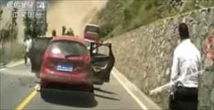 【動画】中国の地滑りで降ってきた石が直撃