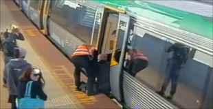 【動画】電車とホームの間に男性が落下したから駅が大混雑