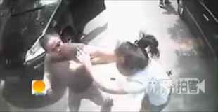 【動画】女性ドライバーの顔面をボコボコにするおじさん