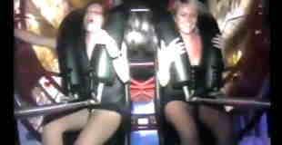 【エロ注意】絶叫マシンで絶頂(オーガズム)に達するブロンド女性w