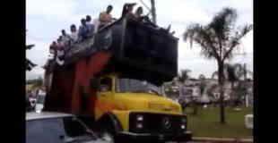 【事故】バスに人が乗りすぎた結果…。