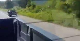 【衝撃】トンでもないバイクの乗り方をする老人が撮影されたw