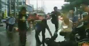 【動画】道路の真ん中でギャングの抗争が勃発
