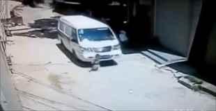 【動画】子供を車で轢いておいてそのまま走り去っていく車